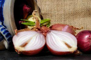 Sveikatos lobis: kodėl svogūnai verti visų virtuvėje išspaustų ašarų?