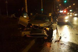 Nelaimė Neries krantinėje: sužeista vairuotoja, sudaužyti automobiliai