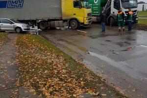 Vilkiko ir lengvojo automobilio avarija paralyžiavo eismą Taikos pr.