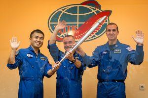 Du rusų kosmonautai išnešė olimpinį deglą į atvirą kosmosą