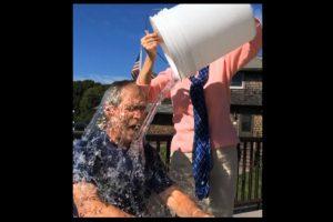 """Buvęs JAV prezidentas Dž. Bushas nepabūgo """"ledinio kibiro"""" iššūkio"""