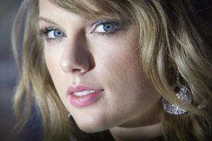 """Žurnalas """"Elle"""" paskelbė T. Swift """"Metų moterimi"""""""