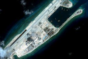 Kinijos karo lėktuvas leidosi ginčijamoje Pietų Kinijos jūros saloje