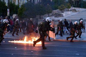Lemtingą vakarą Atėnuose – tūkstančiai protestuotojų