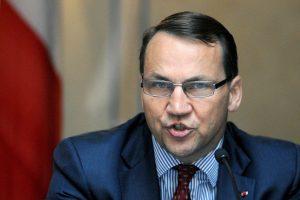 """Lenkijos ryšiai su JAV - """"beverčiai"""", neva """"Wrpost"""" įraše sako R. Sikorskis"""