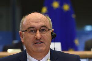 Eurokomisaras: EK svarsto skirti papildomą paramą Lietuvos pieno gamintojams