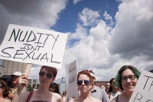 Kanadoje protestas: moterys turi teisę būti nuogomis krūtimis viešumoje