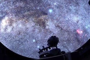 Planetariumas gulint ant sofos ir 297 ryškiausios žvaigždės