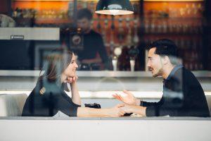 Kodėl per pirmą pasimatymą vis dar dažniausiai moka vyras?