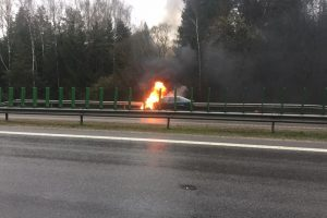 Greitkelyje atvira liepsna degė BMW