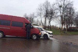 Elektrėnų gatve nepasidalijo mikroautobusas ir lengvasis automobilis