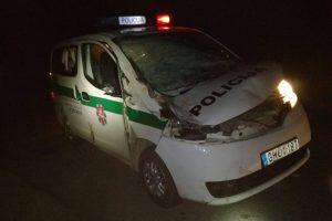 Ugniagesių pagalbos prireikė į griovį įvažiavusiems patruliams