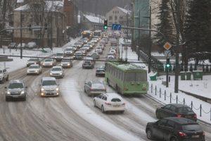 Įspėjimas vairuotojams: Kaune eismą paralyžiuoja sniegas ir avarijos