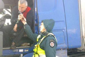 """Kelyje """"Via Baltica"""" šlaistėsi girti vilkikų vairuotojai: davė kyšį, bet nesėkmingai"""