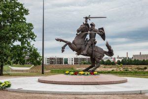 """Didi diena Kaunui – bus atidengiama skulptūra """"Laisvės karys"""""""