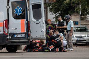 Jonavos gatvėje beteisis motociklininkas rėžėsi į opelį (papildyta)