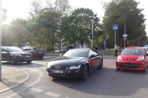 """Po avarijos BMW ir """"Peugeot"""" vairuotojai nesutaria dėl kaltės (ieškomi liudininkai)"""
