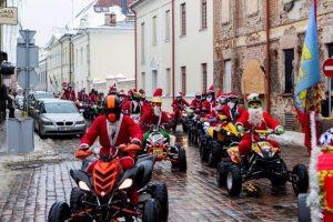 Kalėdų Seneliai į Rotušės aikštę sulėkė keturračiais