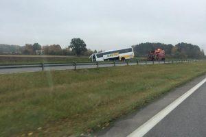 """Magistralėje """"Kautros"""" autobusas nulėkė į griovį"""