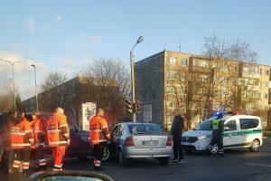 """Vienoje Kauno sankryžoje neišsiteko BMW ir """"Opel"""", yra sužeistųjų"""