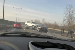 Kaune – dar viena avarija: po smūgio į BMW taranavo kelio atitvarus