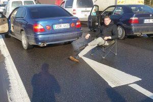 "Autostradoje ""Volkswagen"" nuvertė stulpą, susidūrė dar du automobiliai"