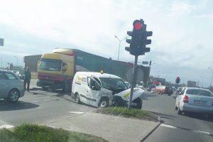 """Šiauliuose į avariją pateko """"Eurocash 1"""" automobilis, apsaugininkai – reanimacijoje"""