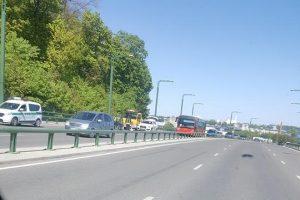 """Sujudimas ant M. K. Čiurlionio tilto: nulėkęs """"Audi"""" ratas trenkėsi į kitą mašiną"""