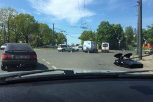 """Ant Klinikų viaduko – mikroautobuso ir """"Renault"""" avarija, yra nukentėjusiųjų"""