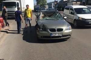 Avarija Raudondvario plente: nors BMW sumaitotas, policijos neprireikė