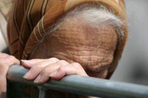 Nelaimė tykojo prie buto durų: senolę apstumdė dėl 20 eurų