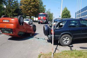 """Žaliakalnyje """"Fiat"""" rėžėsi į stovintį opelį ir apvirto, vairuotoja ligoninėje"""