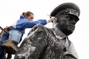 """Odesoje vandalai nugriovė ir """"pakorė"""" paminklą G. Žukovui"""