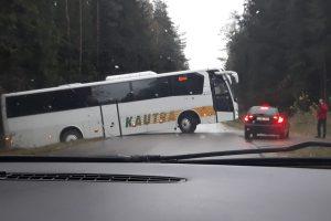 """Kelyje link Garliavos paralyžiuotas eismas – """"Kautros"""" autobusas nuvažiavo į griovį"""