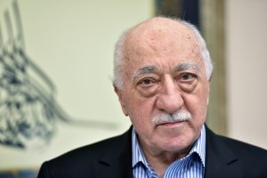 Turkijoje vykdomi masiniai F. Guleno šalininkų suėmimai