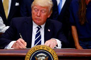 D. Trumpo vyriausybė keičia nelegalių imigrantų politiką