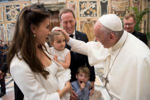 Popiežius: seksualinis smurtas internete žaloja vaikus