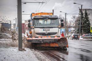 Perspėja vairuotojus: gatves valančios kelininkų technikos švyturėliai – ne puošmena
