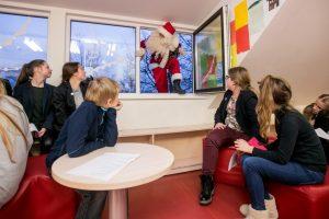 Kalėdų Senelis – nuo stogo ir su didžiulėmis dovanomis