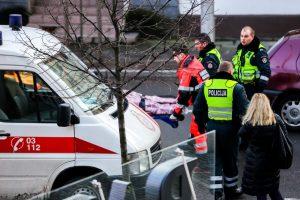 Ant šaligatvio rastas sužeistas vyras mirė pakeliui į ligoninę