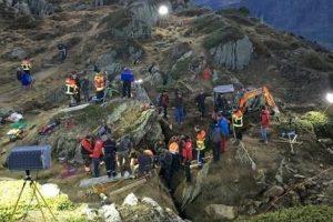 Neeilinė gelbėjimo operacija Šveicarijos Alpėse: iš plyšio išvaduota mažametė