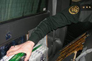Kontrabandines cigaretes muitininkai traukė iš automobilio sėdynių