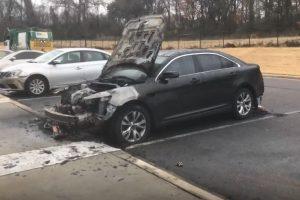 Kalėdas šeimai sugadino padegėjai – supleškėjo automobilyje buvusios vaikų dovanos