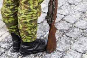 Tikrindamas ginklą karys persišovė pėdą
