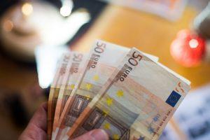 Už 100 eurų kyšį policijai – beveik 1000 eurų bauda