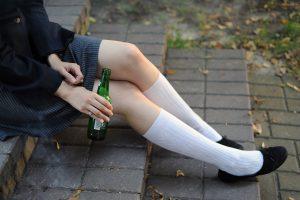 Šiurpi statistika: kas dešimtas penktokas vartoja alkoholio iki apsvaigimo