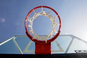 Šalia Karoliniškių gimnazijos visiškai atnaujinta krepšinio aikštelė