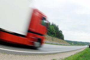 Kelmės rajone apvirtus vilkikui žuvo vairuotojas
