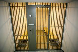 Marijampolėje nuteistąjį lankiusi moteris turėjo narkotikų