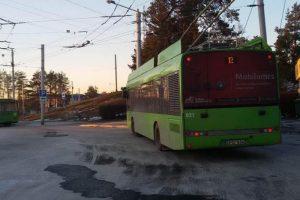 Vairuotojai perspėja: V. Krėvės prospekte – nutrūkę troleibusų linijos laidai